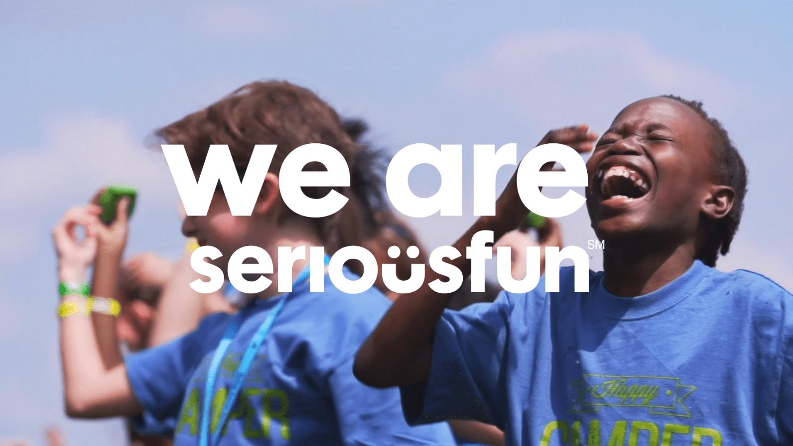Enfants qui s'amusent et rient et logo SeriousFun