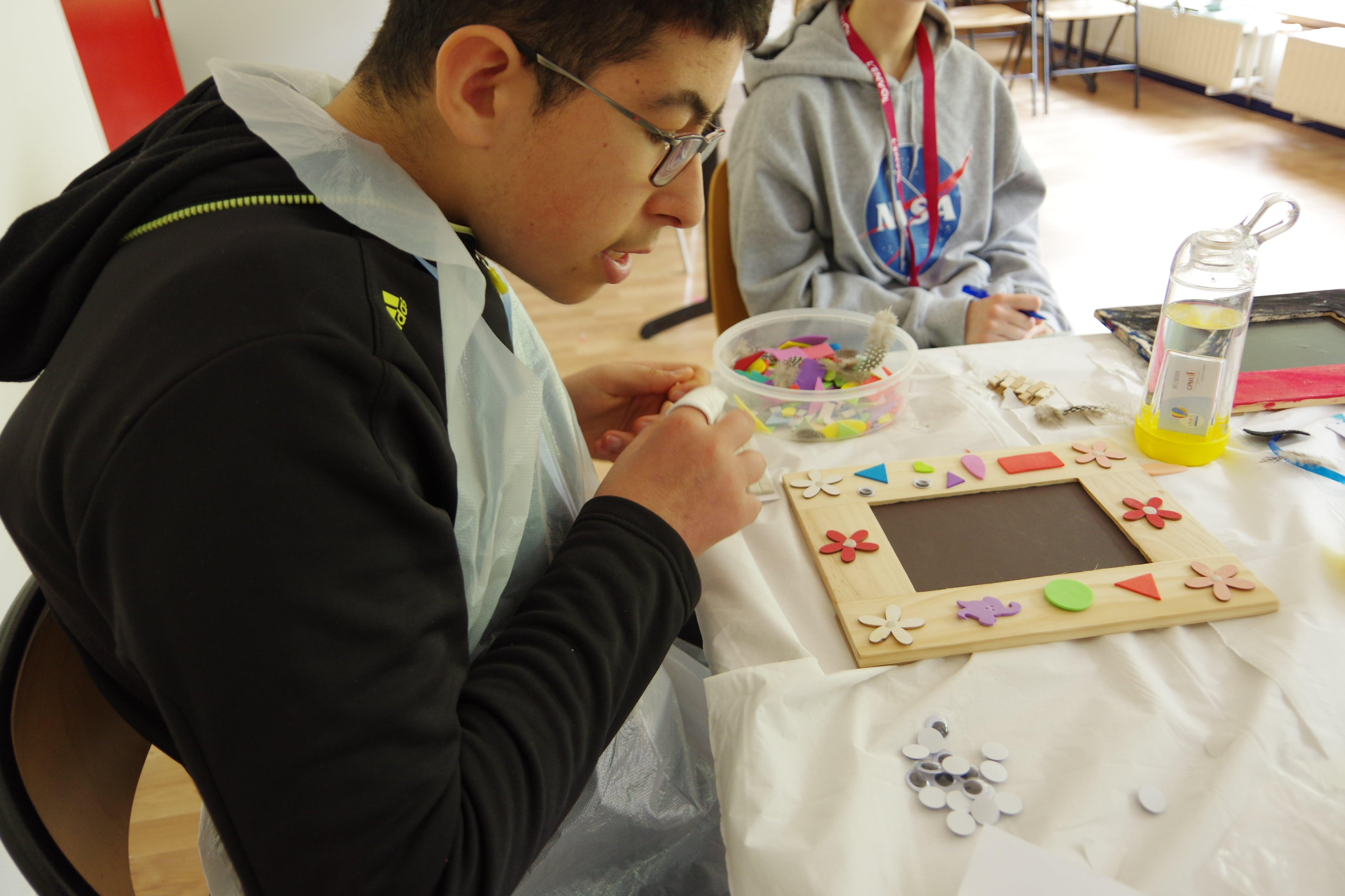 enfant participant à l'activité arts plastiques sur le séjour exceptionnel