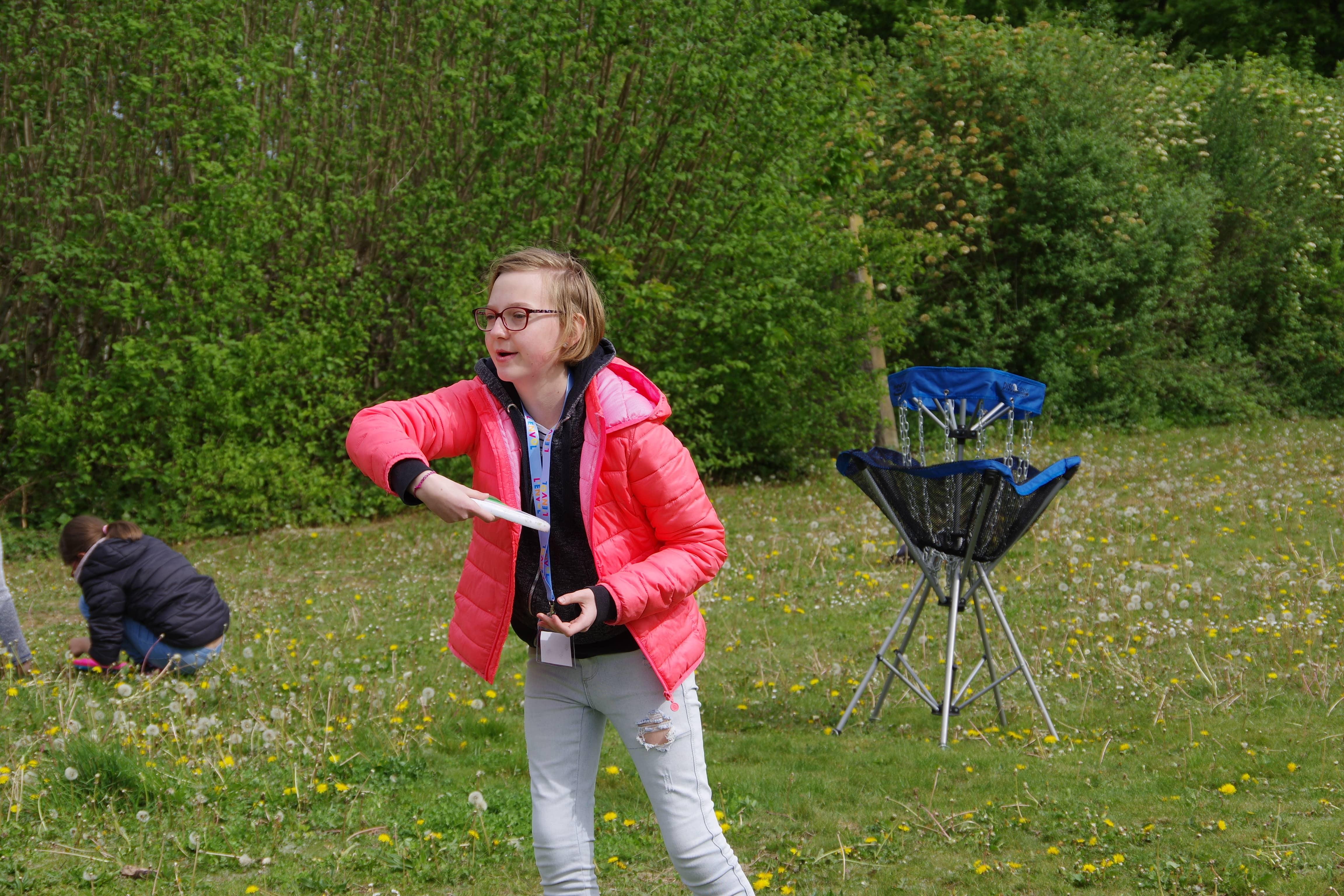 enfant jouant au frisbee