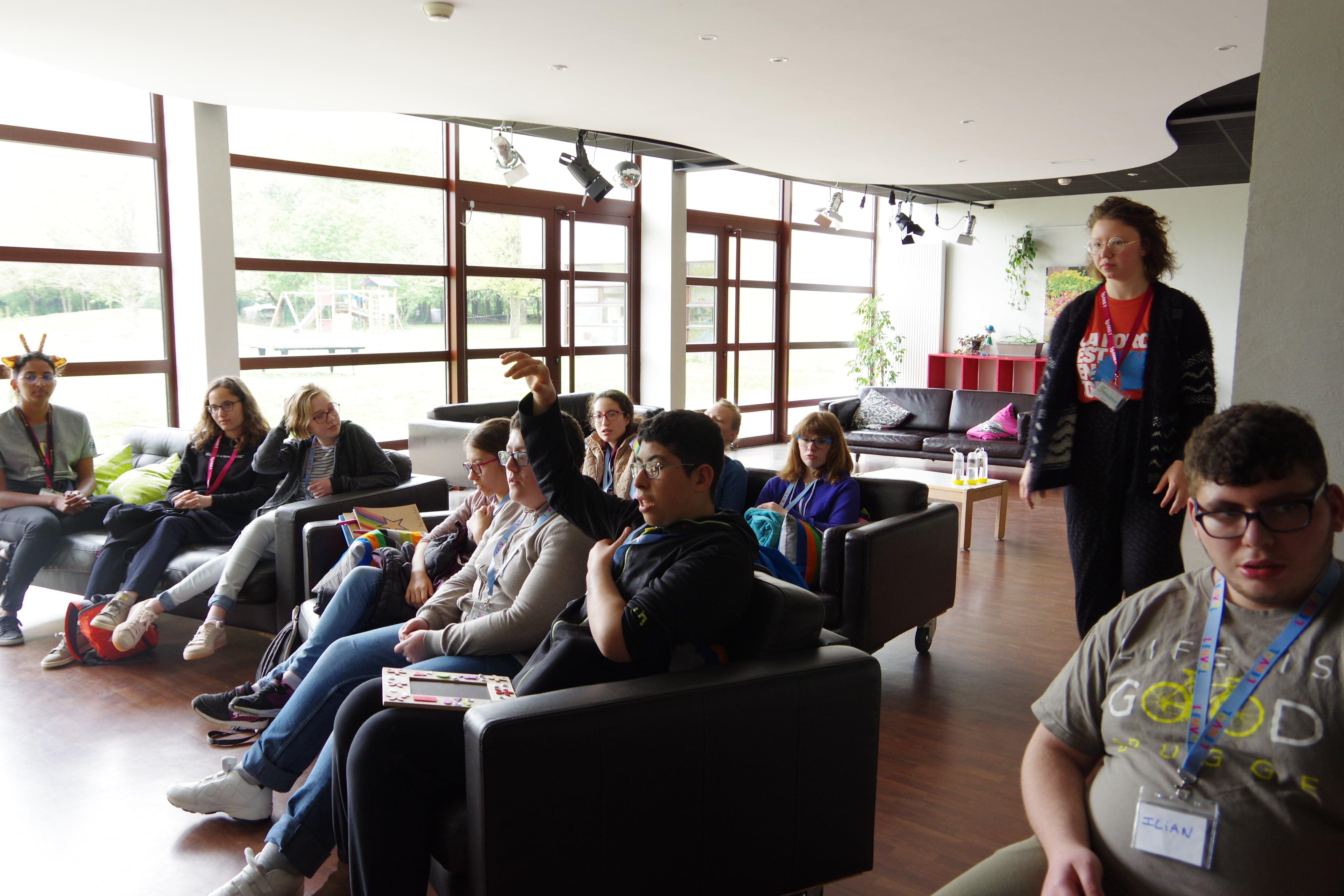 enfants regardant le JT de L'ENVOL sur le séjour exceptionnel