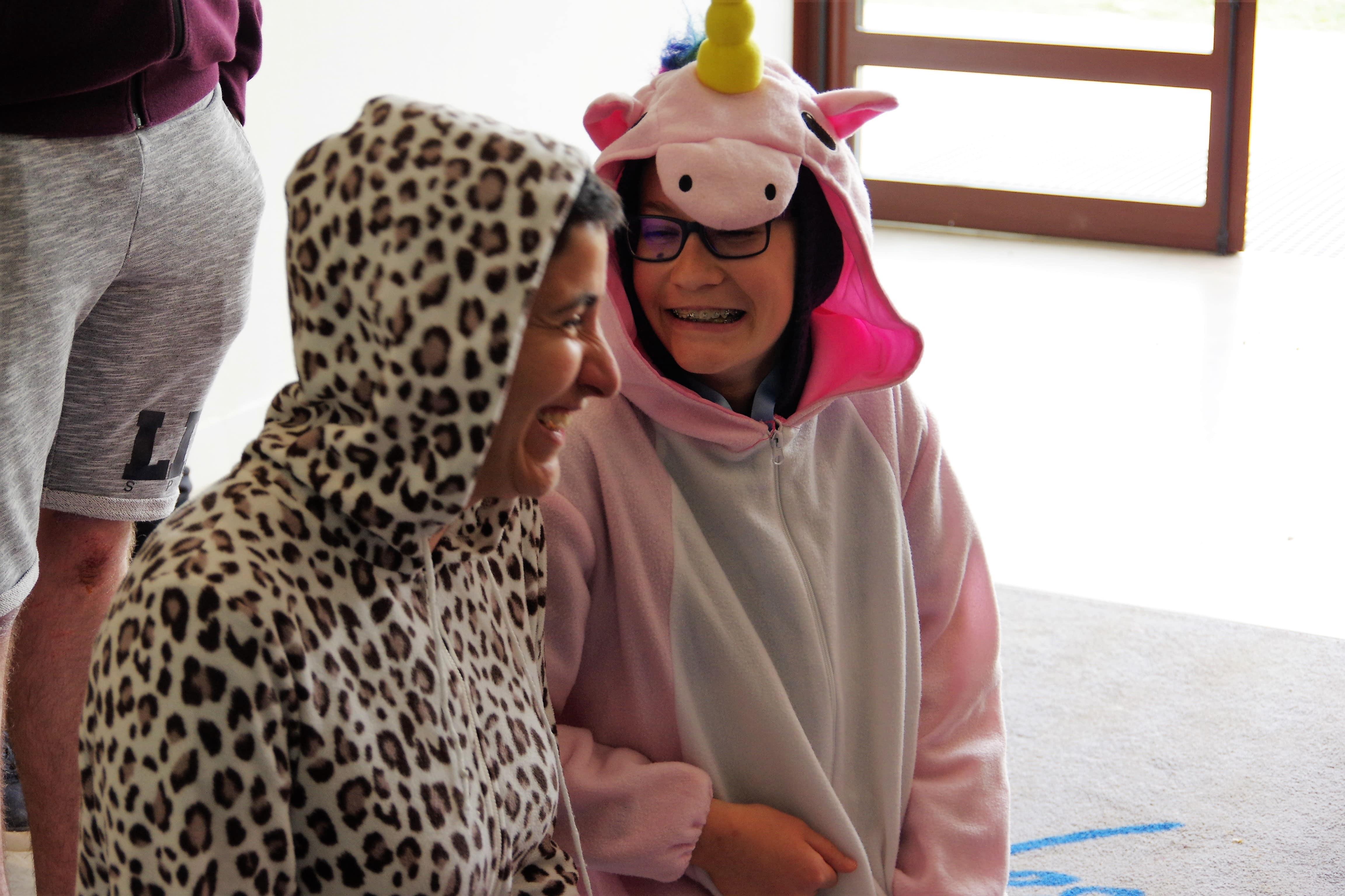 enfant et bénévole riant pendant l'activité JT