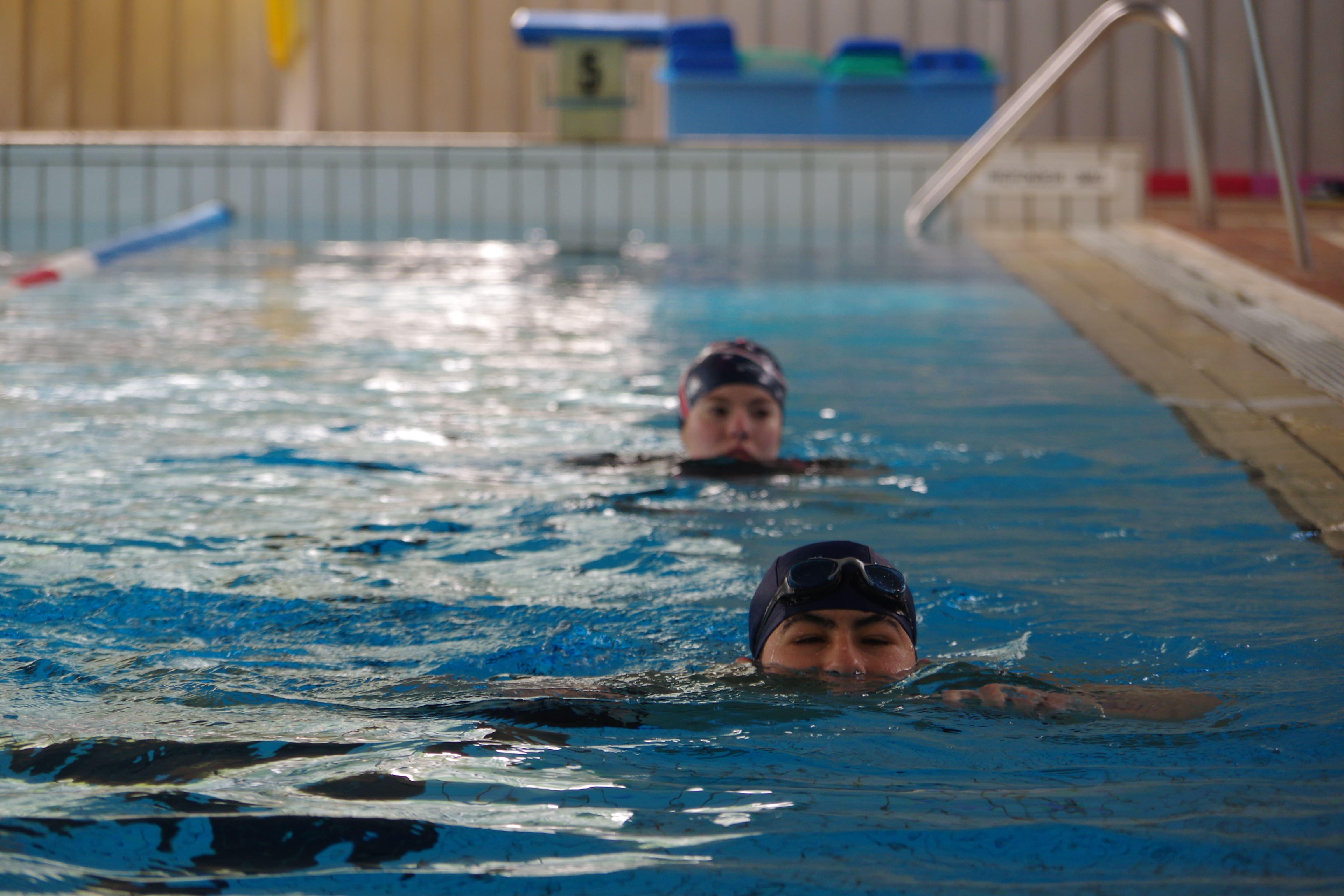 enfants en train de nager à la piscine