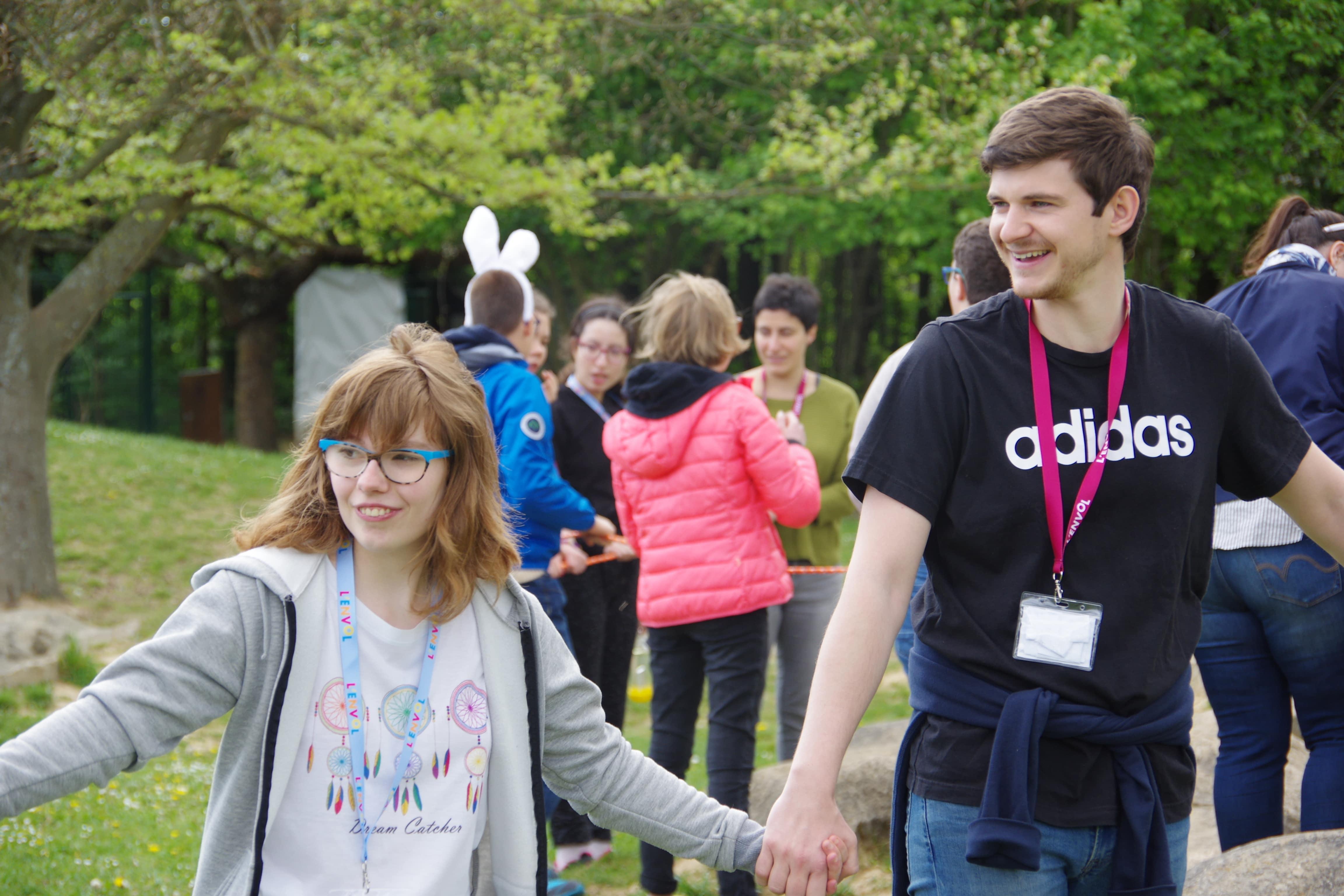 enfants et bénévoles faisant une ronde
