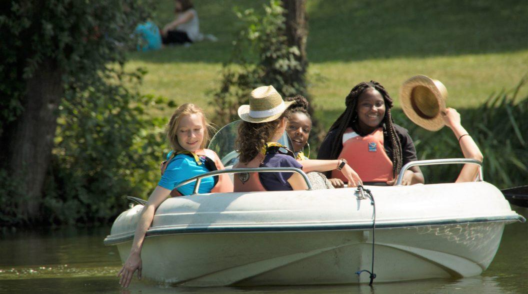 Enfants et bénévoles en promenade sur un bateau sur le lac