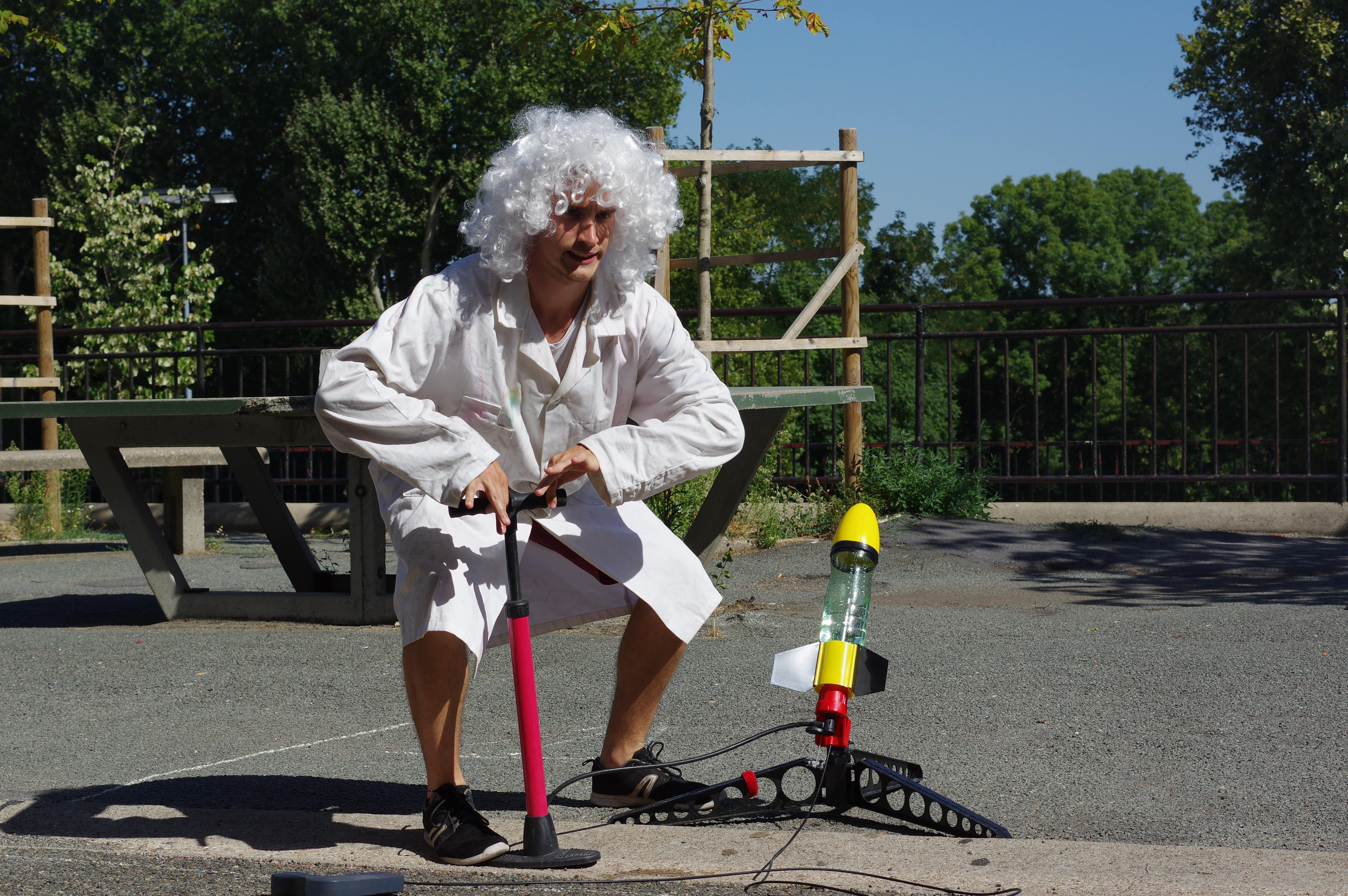 Bénévole déguisé pendant l'activité fusées à eau