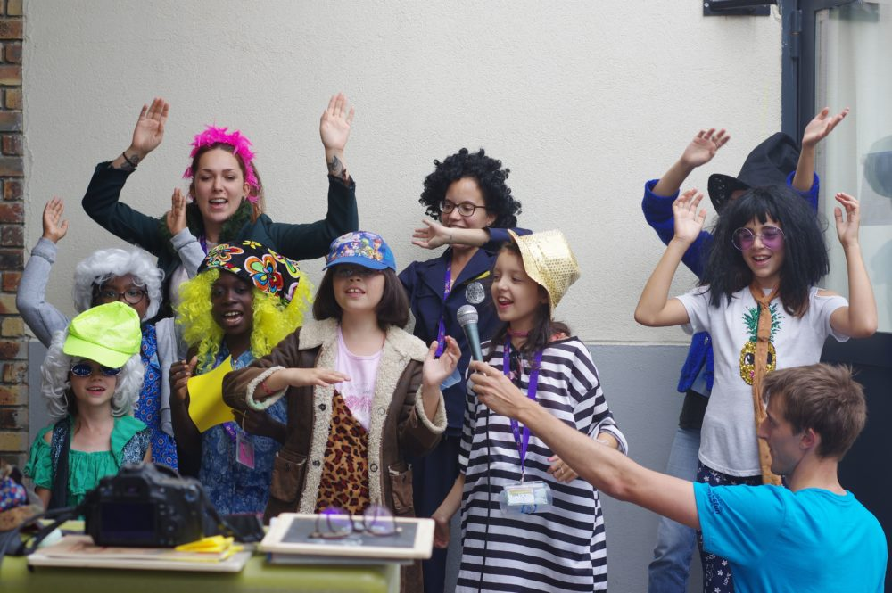 Enfants déguisés pendant l'activité JT