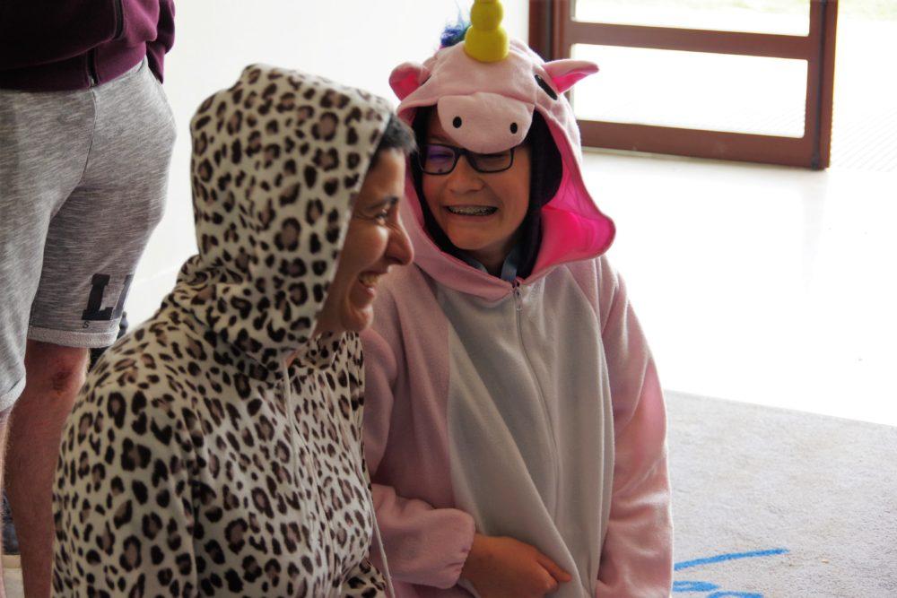 Enfant et bénévole déguisés en train de rire
