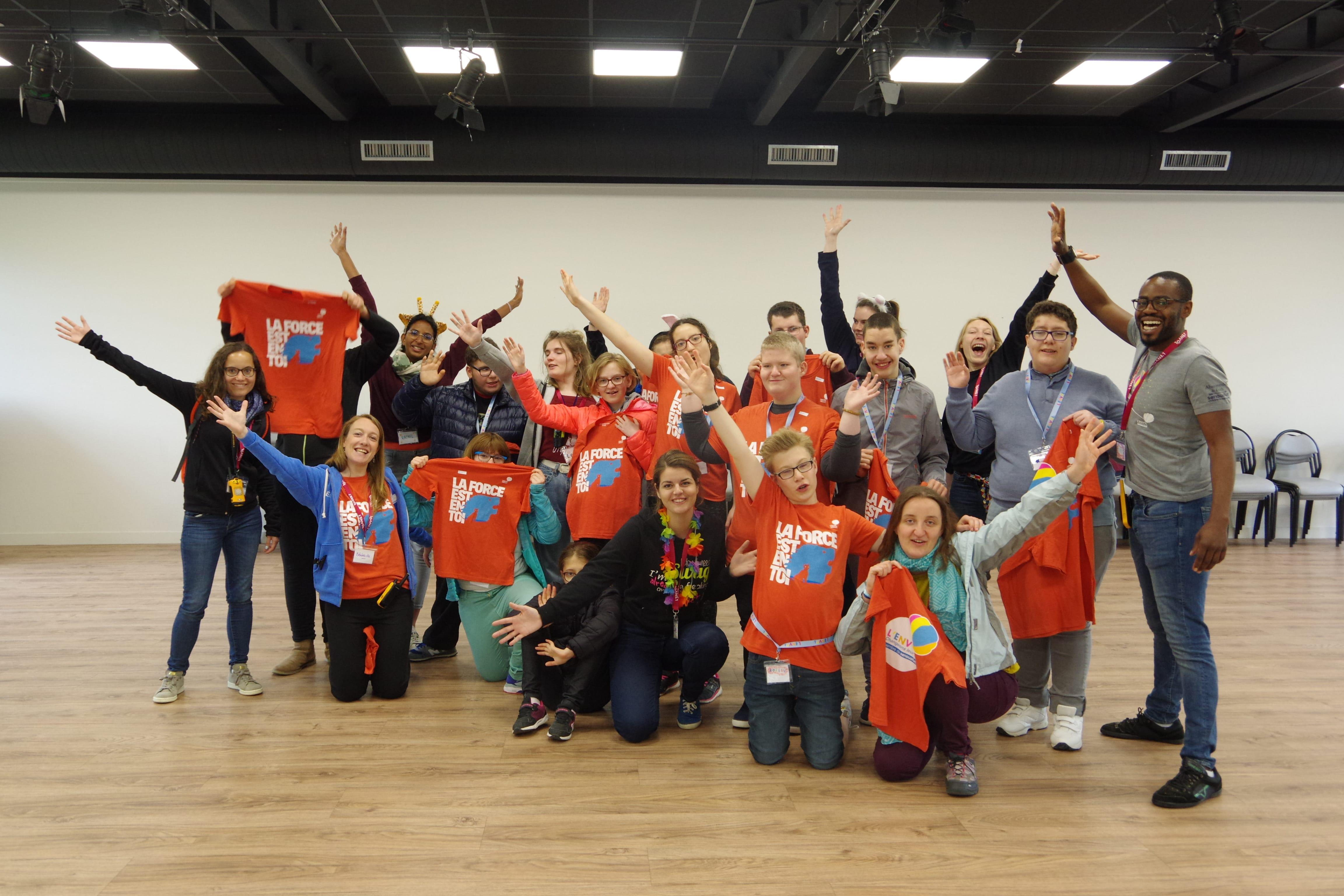 Enfants et bénévoles du séjour Prader-Wille avec leur t-shirt L'ENVOL