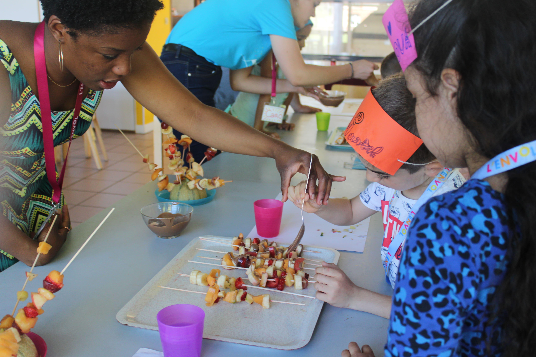 Enfants et bénévole pendant l'activité cuisine