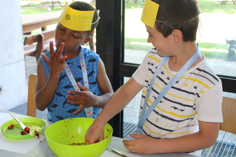 Enfants se léchant les doigts pendant l'activité cuisine