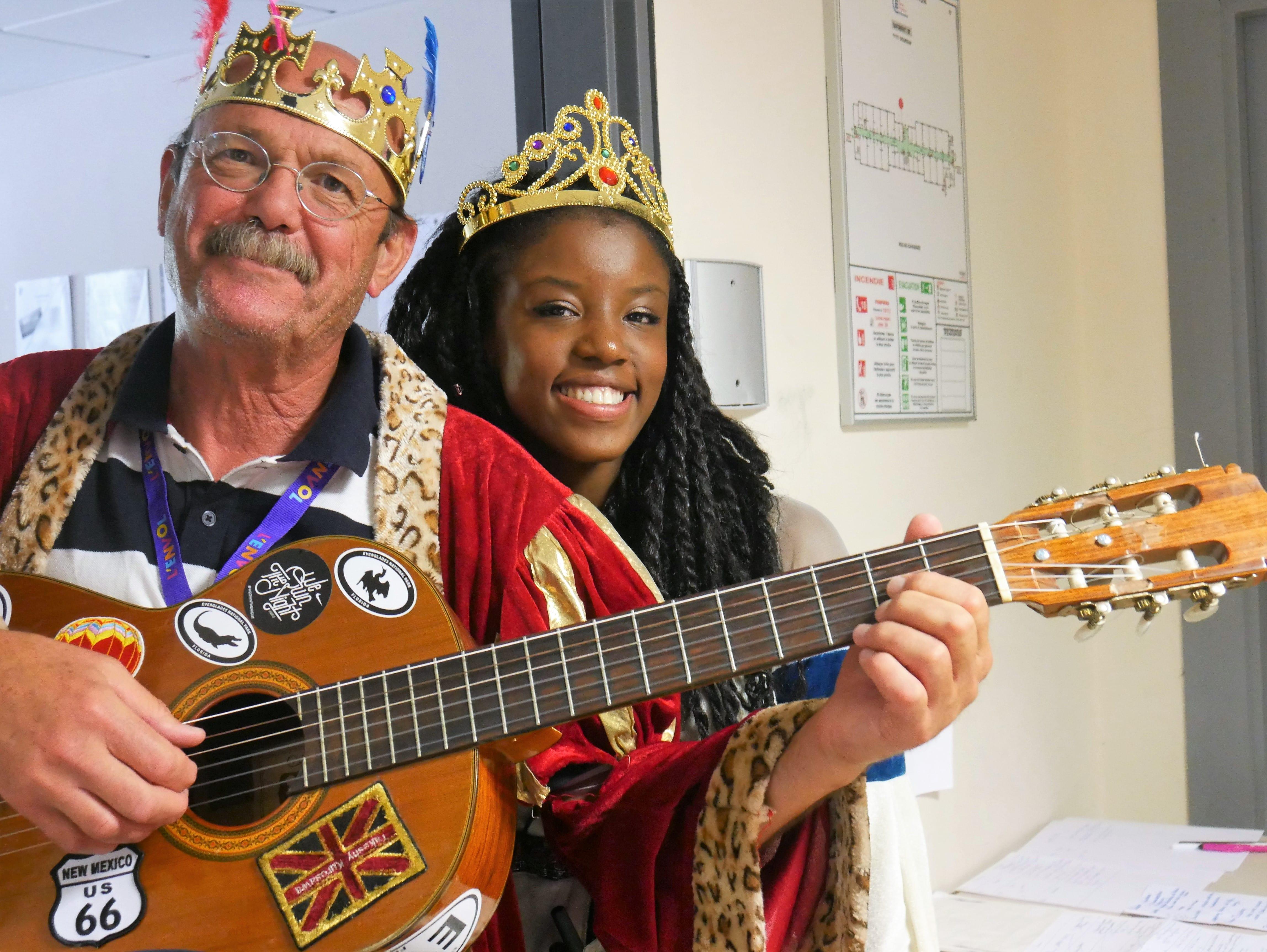 Médecin et infirmière déguisés en roi et princesse