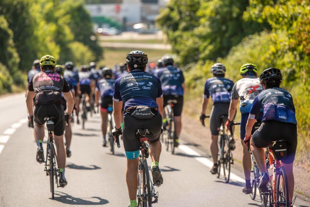 Collaborateurs Morgan Stanley à vélo pendant le challenge