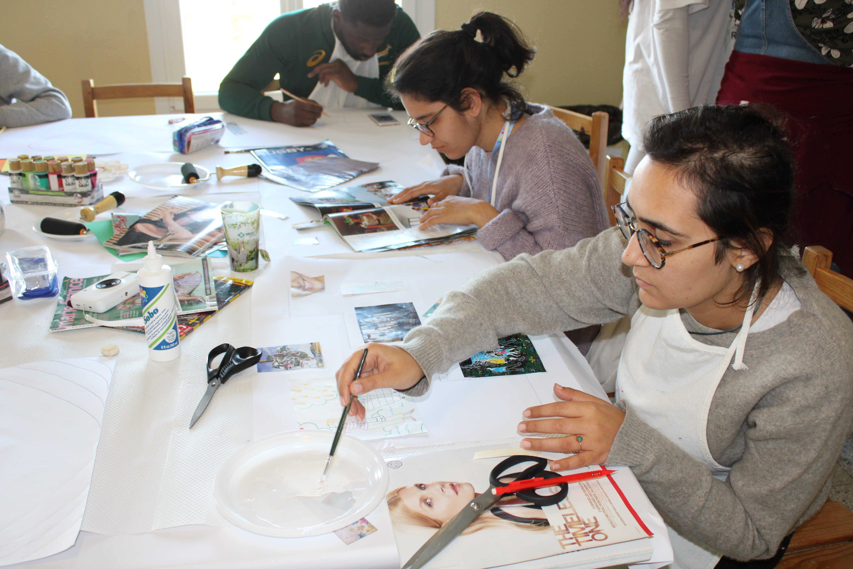 Jeunes pendant l'activité d'arts créatifs