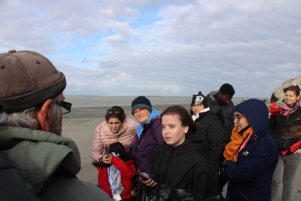 Le guide et les jeunes pendant l'observation des phoques