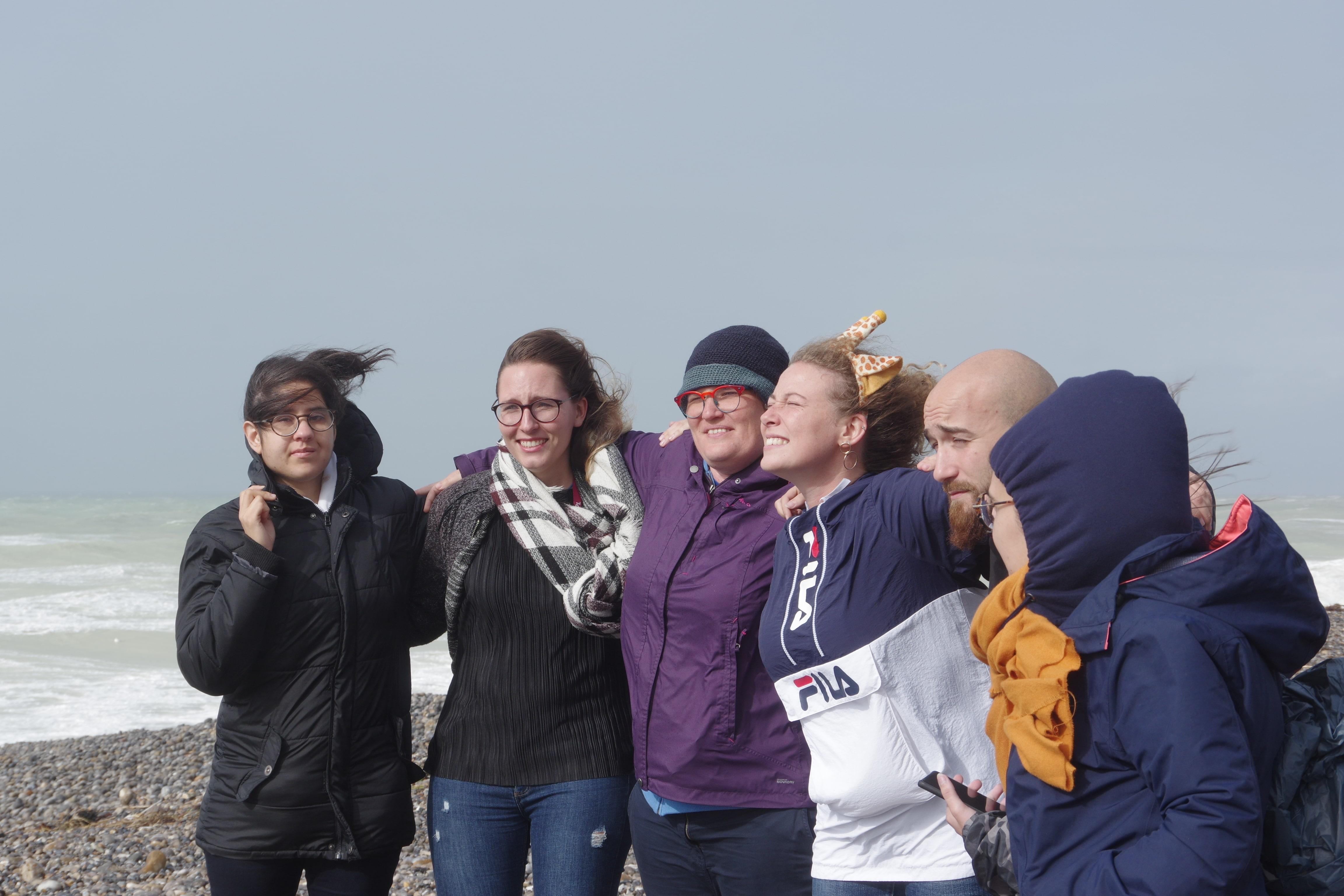 Jeunes adultes et bénévoles sur la plage de Cayeux-sur-Mer