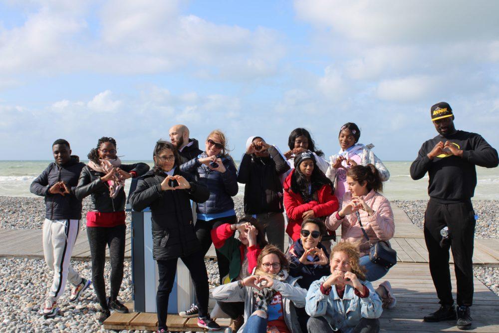 Les jeunes et les bénévoles sur la plage de Cayeux-sur-Mer