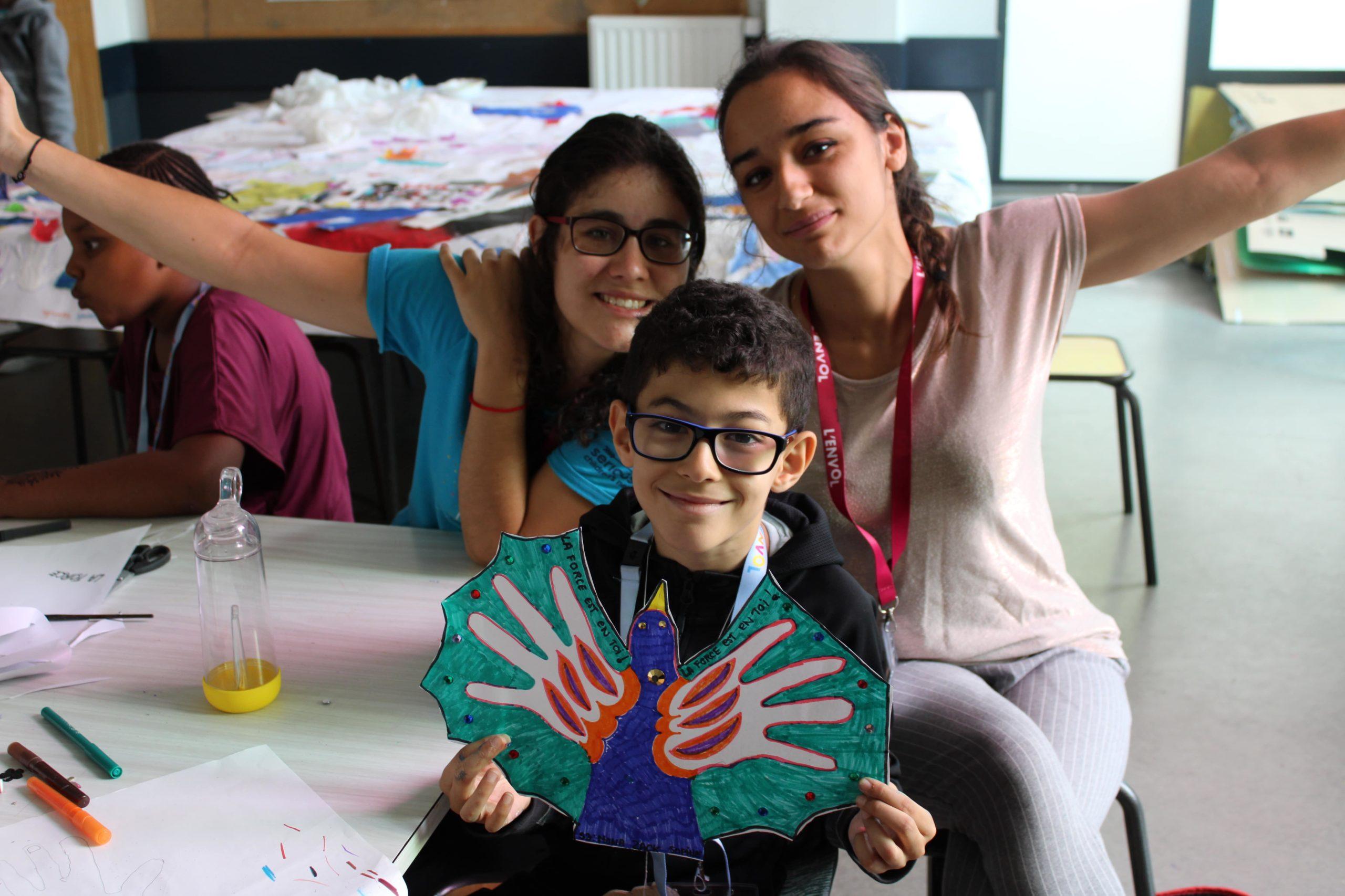 Enfant et bénévoles de L'ENVOL pendant l'atelier arts créatifs