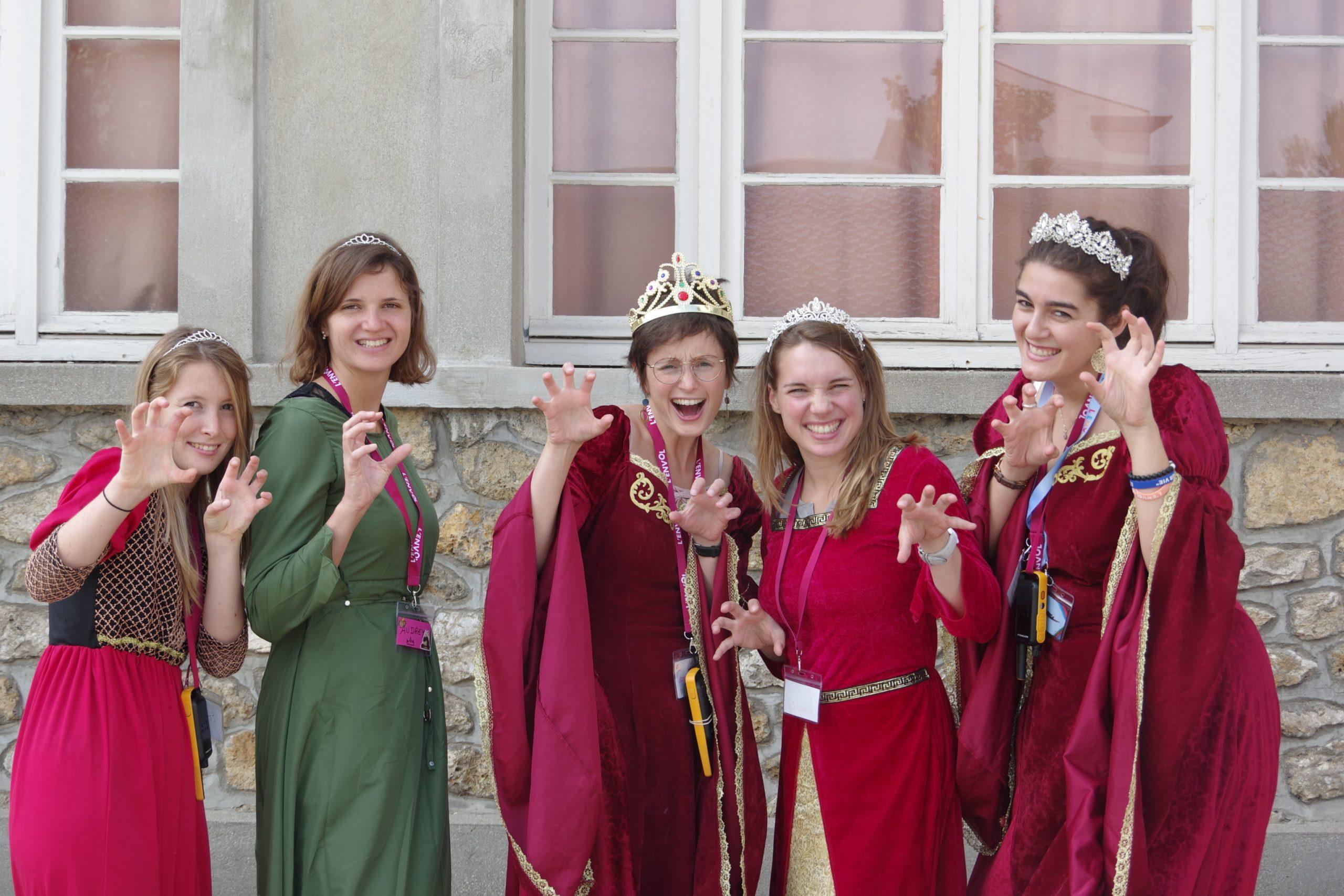 Infirmières et médecin bénévoles déguisées en princesses et reine