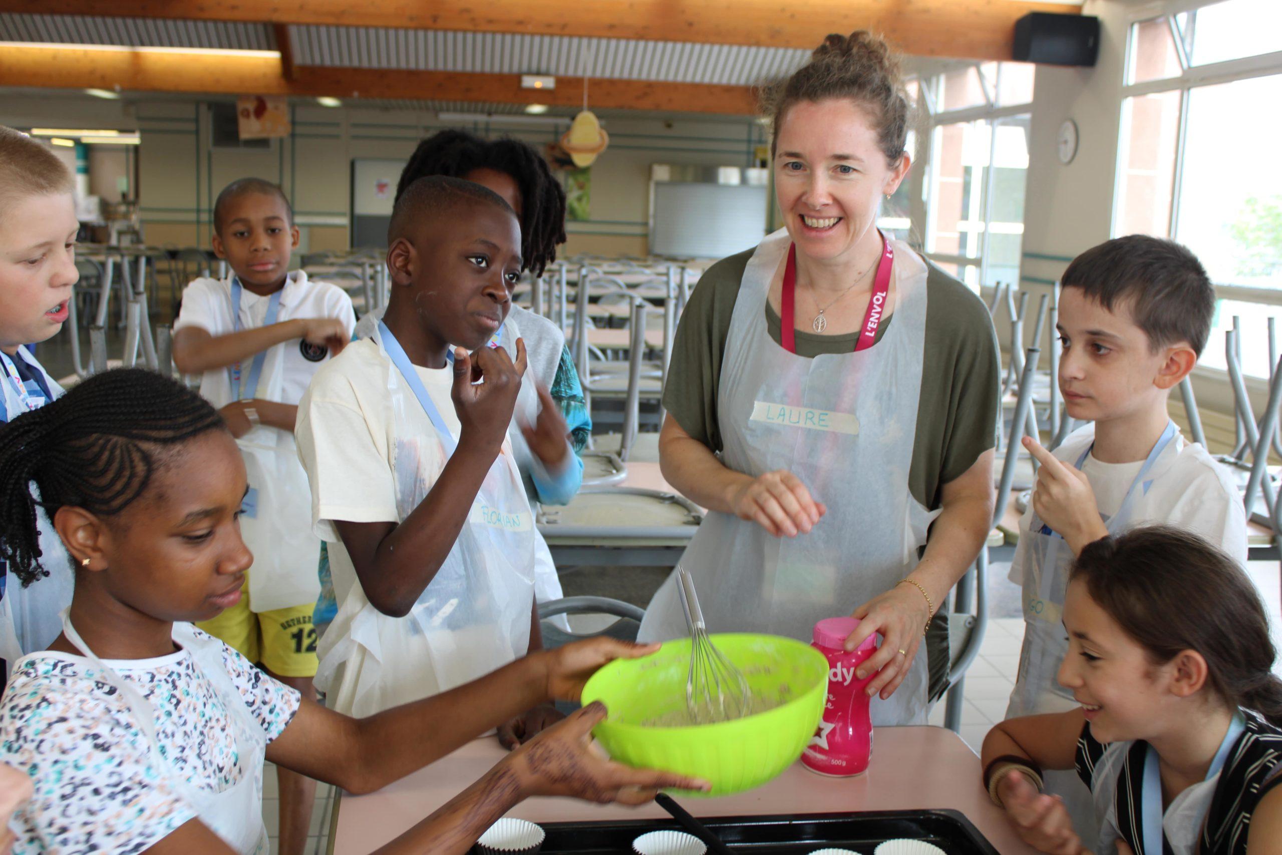 Enfants et bénévole de L'ENVOL pendant l'atelier cuisine