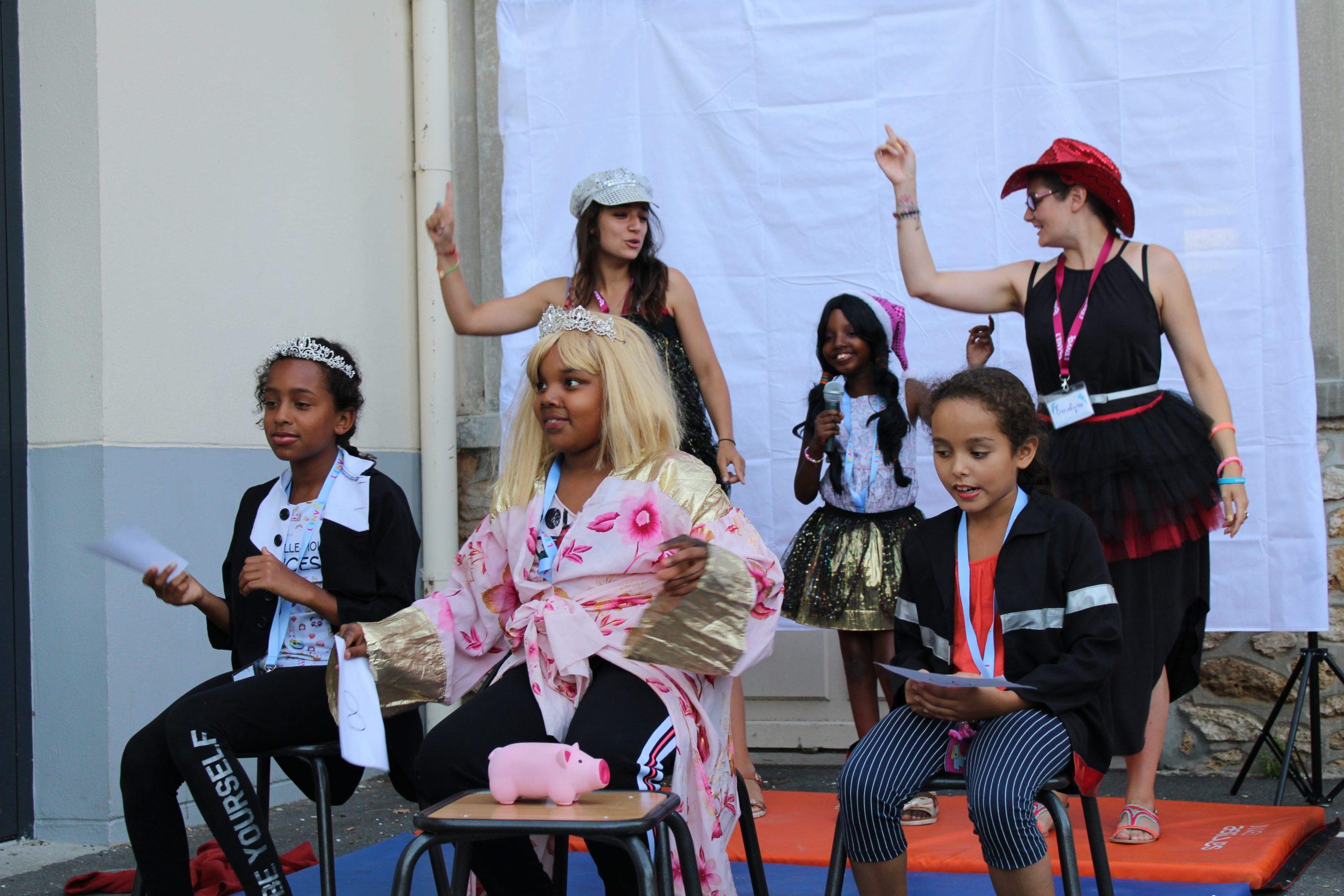 Enfants et bénévoles de L'ENVOL pendant l'atelier journal télévisé