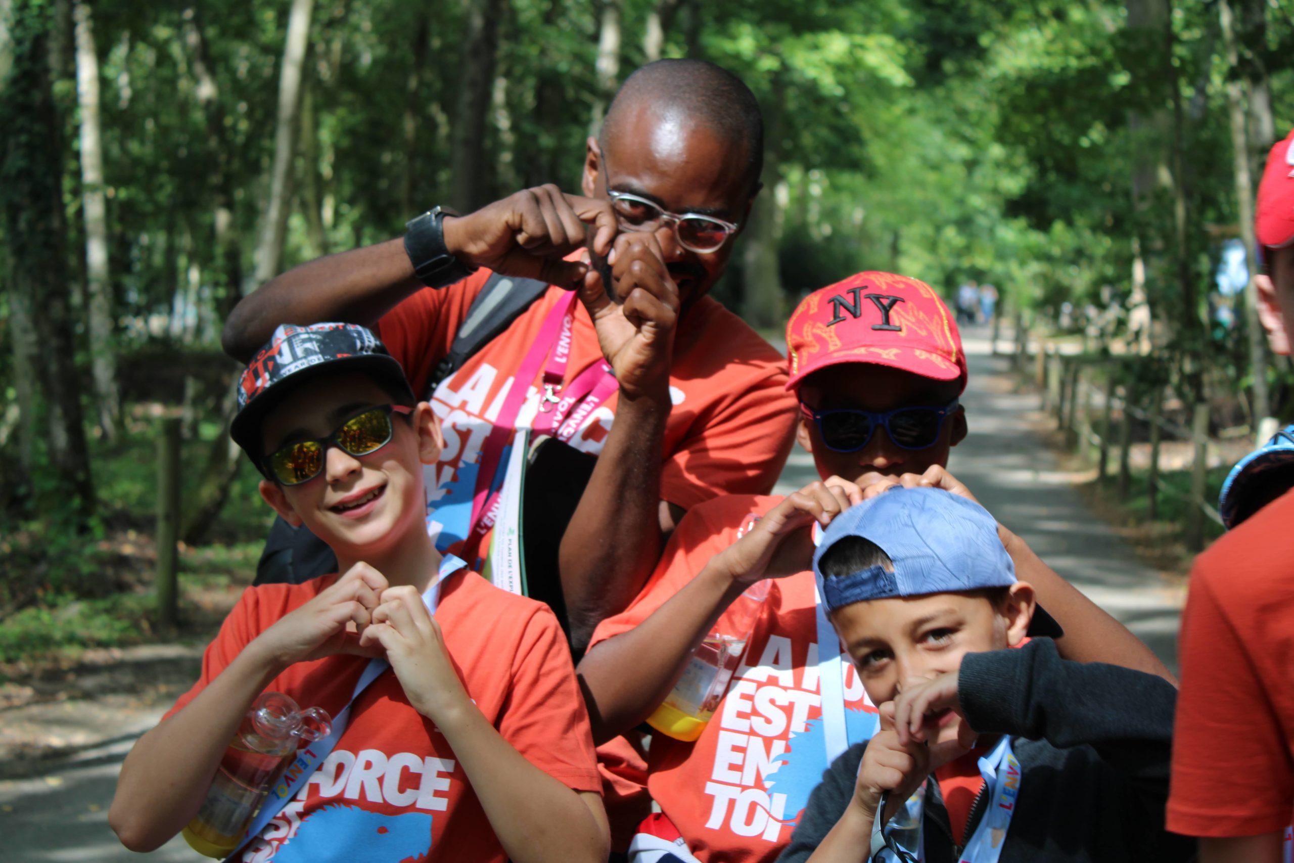 Enfants et bénévole de L'ENVOL au ZooSafari de Thoiry