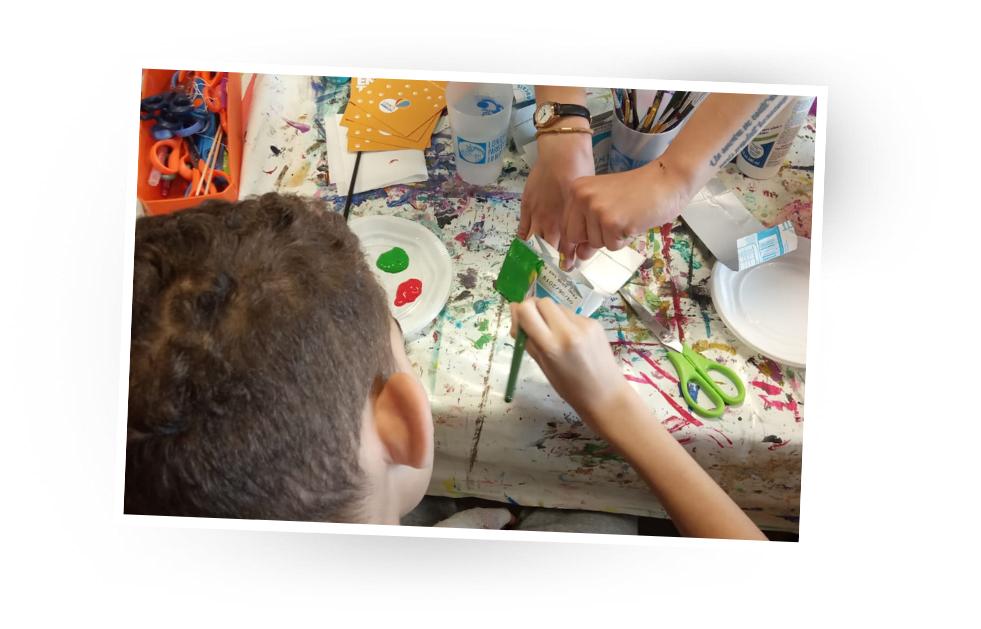 Enfant de L'ENVOL pendant un atelier upcycling