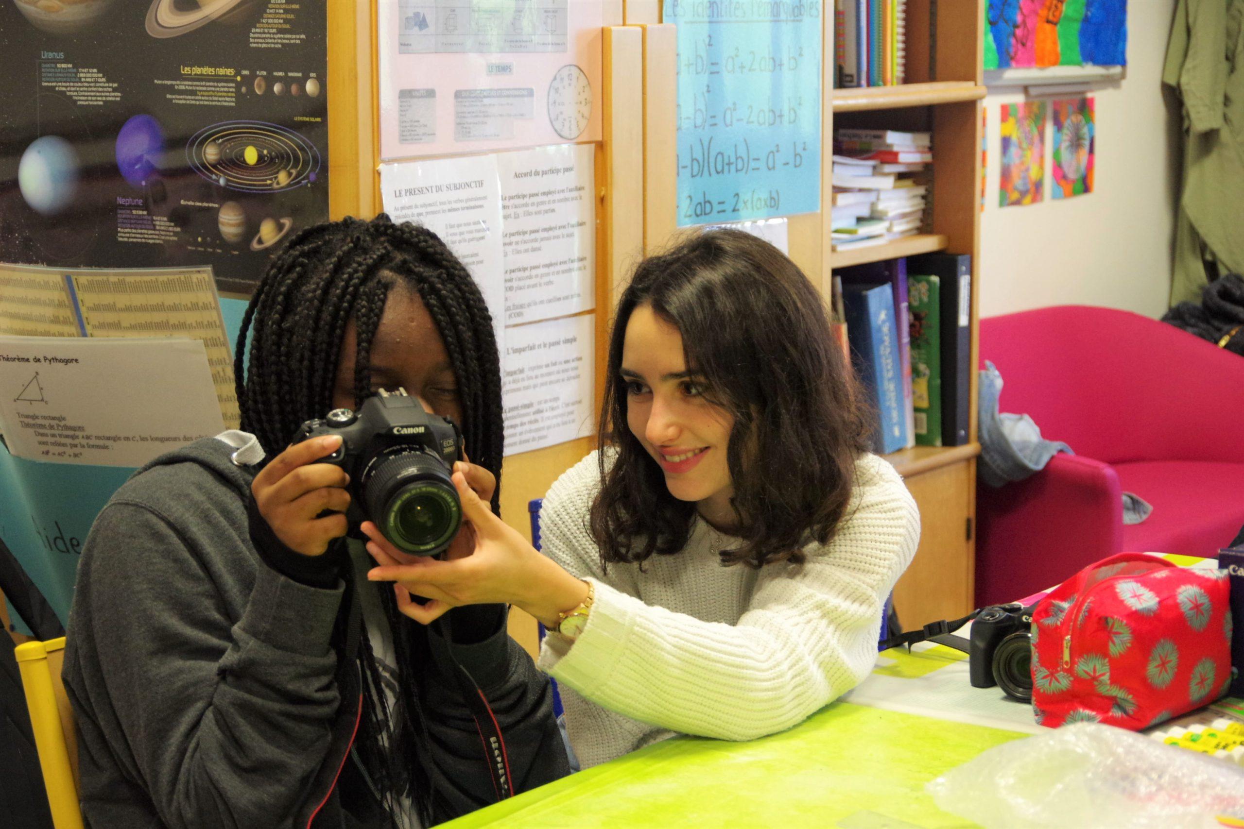 Louna Espinosa, des Bracelets rouges, pendant un atelier à l'hôpital de L'ENVOL